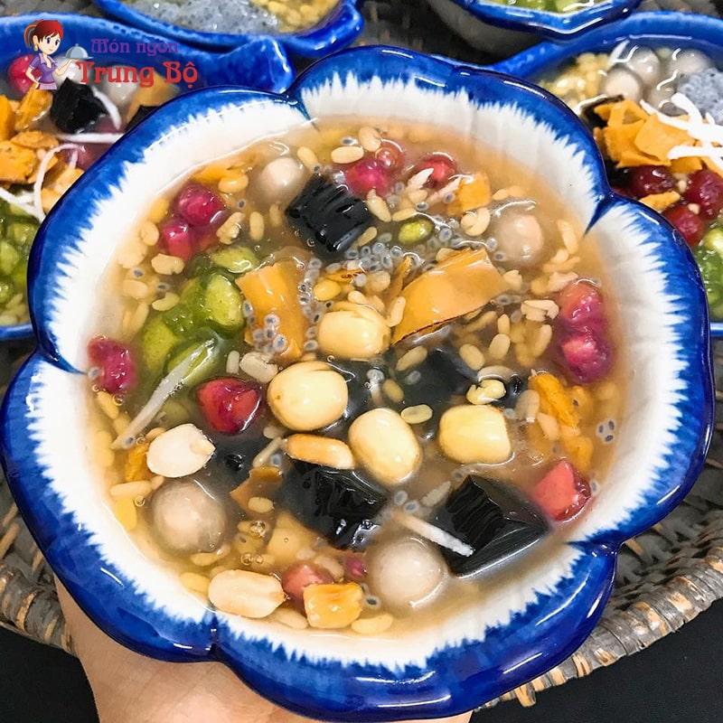 Chè thập cẩm là món chè nổi tiếng ở Huế