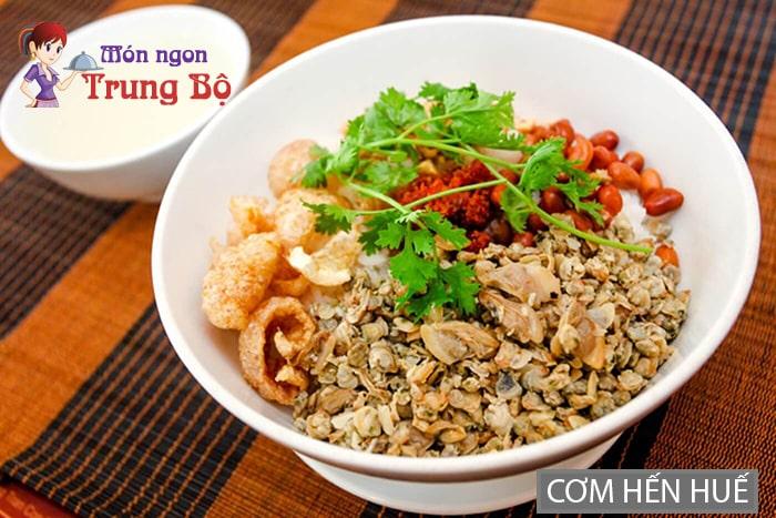 Cơm hến là đặc sản Huế khá phổ biến ở Hà Nội