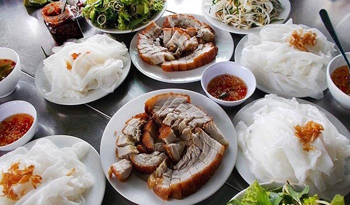 Bánh ướt không có nhân bên trong, có thể ăn kèm thịt luộc, chả lụa hay thịt quay
