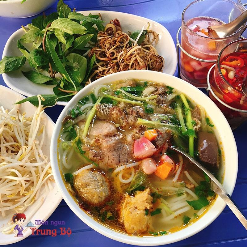 Quán bún bò Huế Nguyễn Thượng Hiên cũng vô cùng hào phóng trong việc cho thịt và giò heo