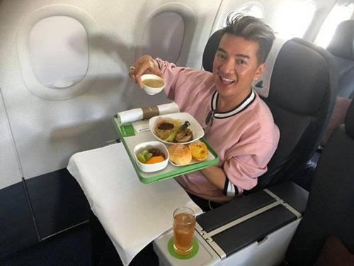 Đàm Vĩnh Hưng cùng bữa ăn trên máy bay của mình